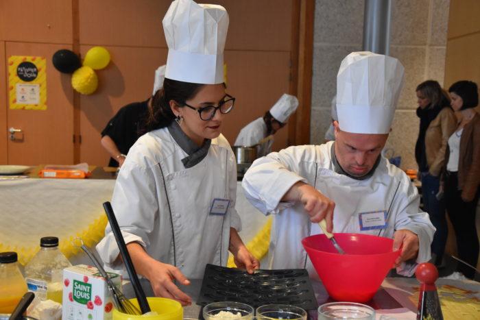 Binôme personne en situation de handicap et éducatrice / Concours culinaire Restalliance Pâtissier d'un jour
