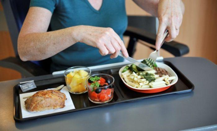 Plateau repas servi en chambre restauration collective clinique hôpital